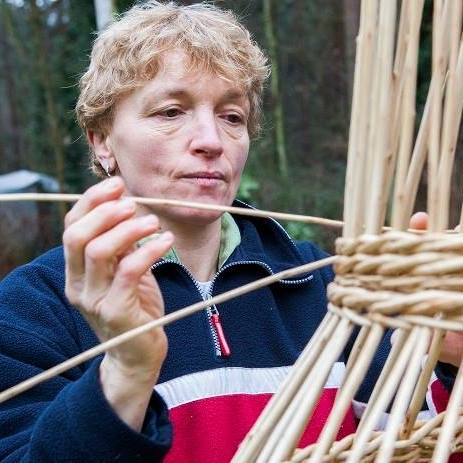 Mandenvlechtster Lieve Lieckens deelt haar passie tijdens de Dag van de Ambachten