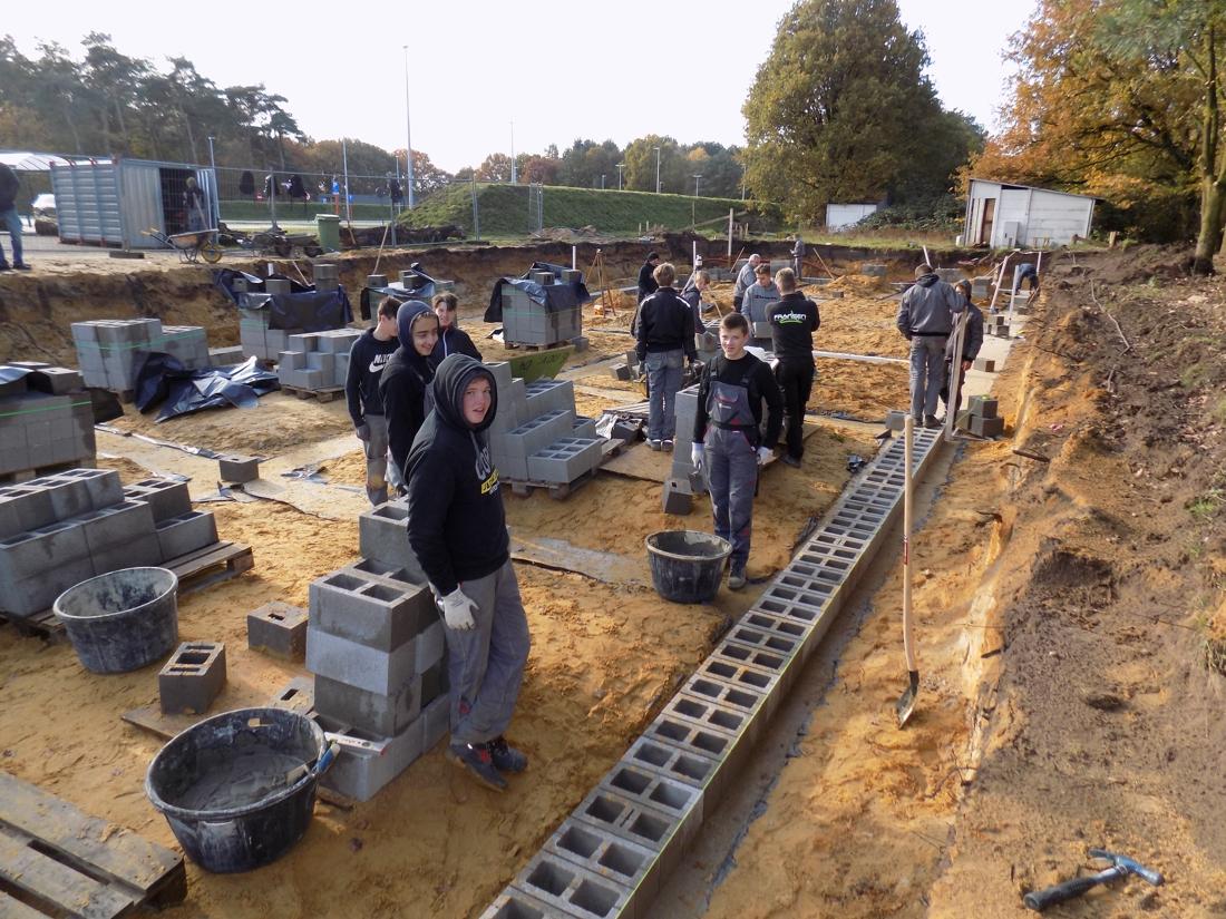 Sportclubs bouwen kleedkamers met hulp van leerlingen ruwbouw Sint-Jozef