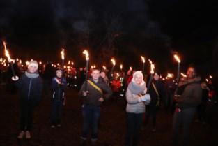 Herdenkingsfakkeltocht lokt meer dan vijfhonderd deelnemers