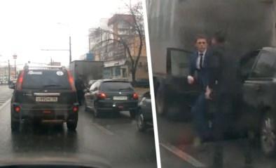 Zware verkeersagressie: heethoofd trapt andere bestuurder tegen de grond met spectaculaire karatetrap