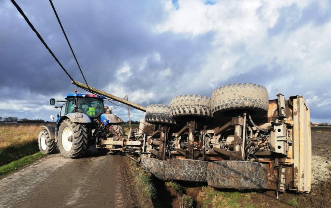 Tractor slipt, aanhangwagen knalt tegen verlichtingspaal