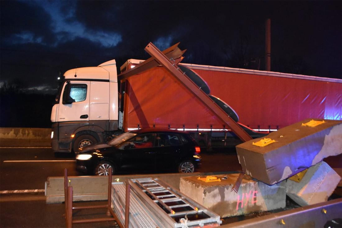 Vrachtwagen rijdt (voor zesde keer) tegen hoogtebegrenzer: grote verkeershinder op N16