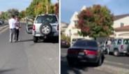 Ruzie loopt volledig uit de hand, autobestuurder rijdt man aan en probeert hem te pletten