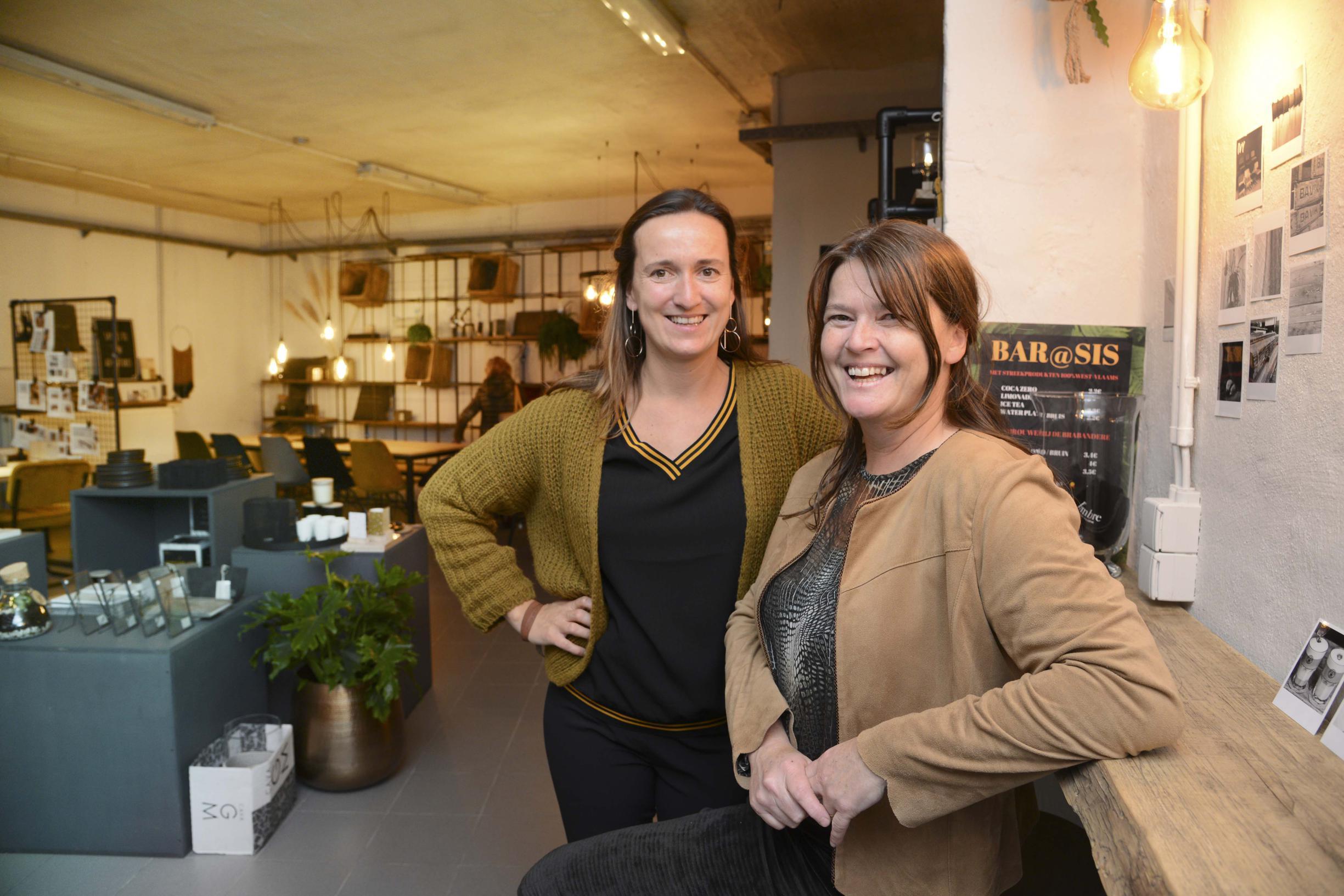 Zussen toveren kunstatelier om tot tijdelijke interieurbar (Torhout) - Het Nieuwsblad
