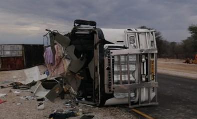 Bus met Belgische toeristen ramt gekantelde truck: landgenoot sterft in Namibië