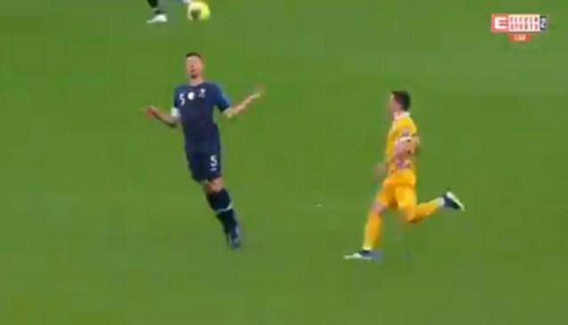 Barcelona-verdediger Clément Lenglet gaat niet één, niet twee, maar drie keer de mist in bij knullig tegendoelpunt van Frankrijk