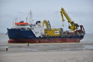Indrukwekkend kabellegschip legt aan op strand