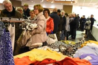 """Uitverkoop bij failliete kledingwinkel veroorzaakt ongeziene stormloop: """"Al die mensen waren hier beter vroeger eens binnengelopen"""""""