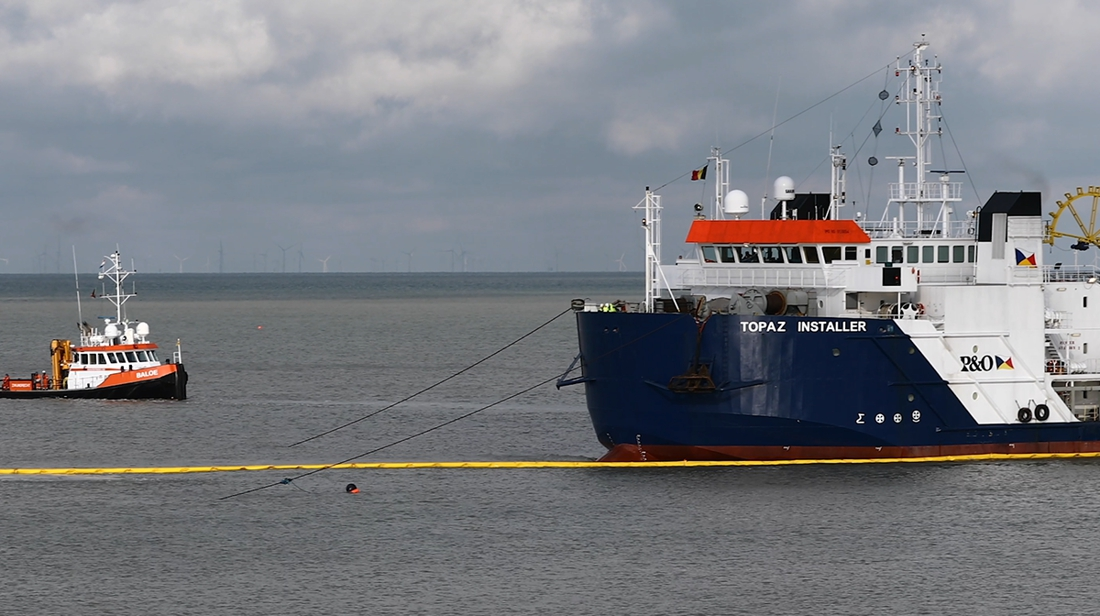 Reusachtig schip gestrand op naaktstrand van Bredene
