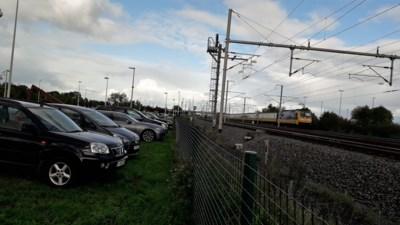 """NMBS wil parking aan station Noorderkempen betalend maken: """"Een zoveelste barrière om de trein te nemen"""""""