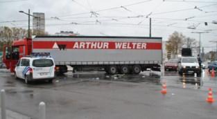 Fietser zwaargewond na aanrijding met vrachtwagen, mogelijk gaat het om een dodehoekongeval