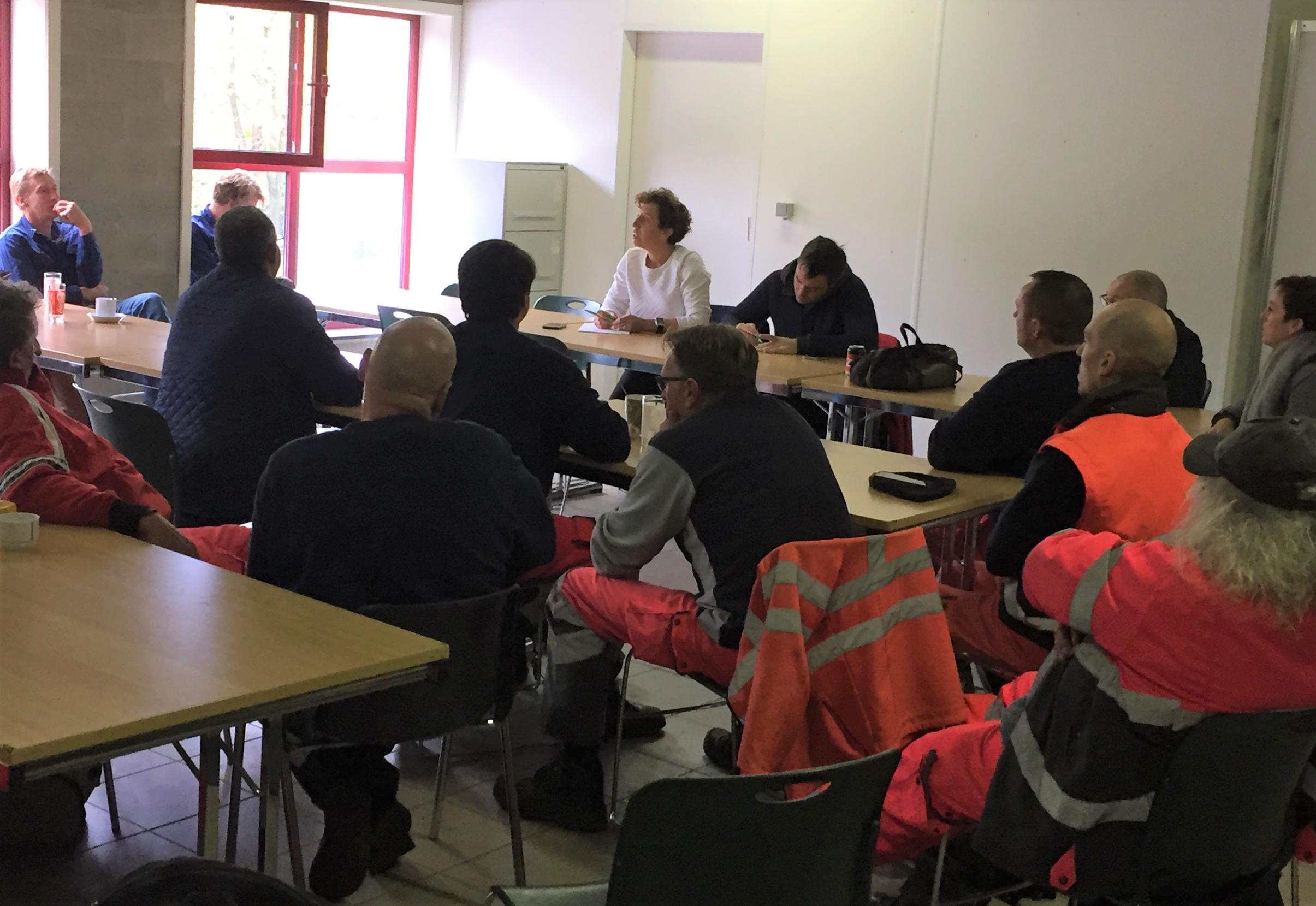 Minder premies en langere werkdagen leiden tot staking bij gemeentepersoneel