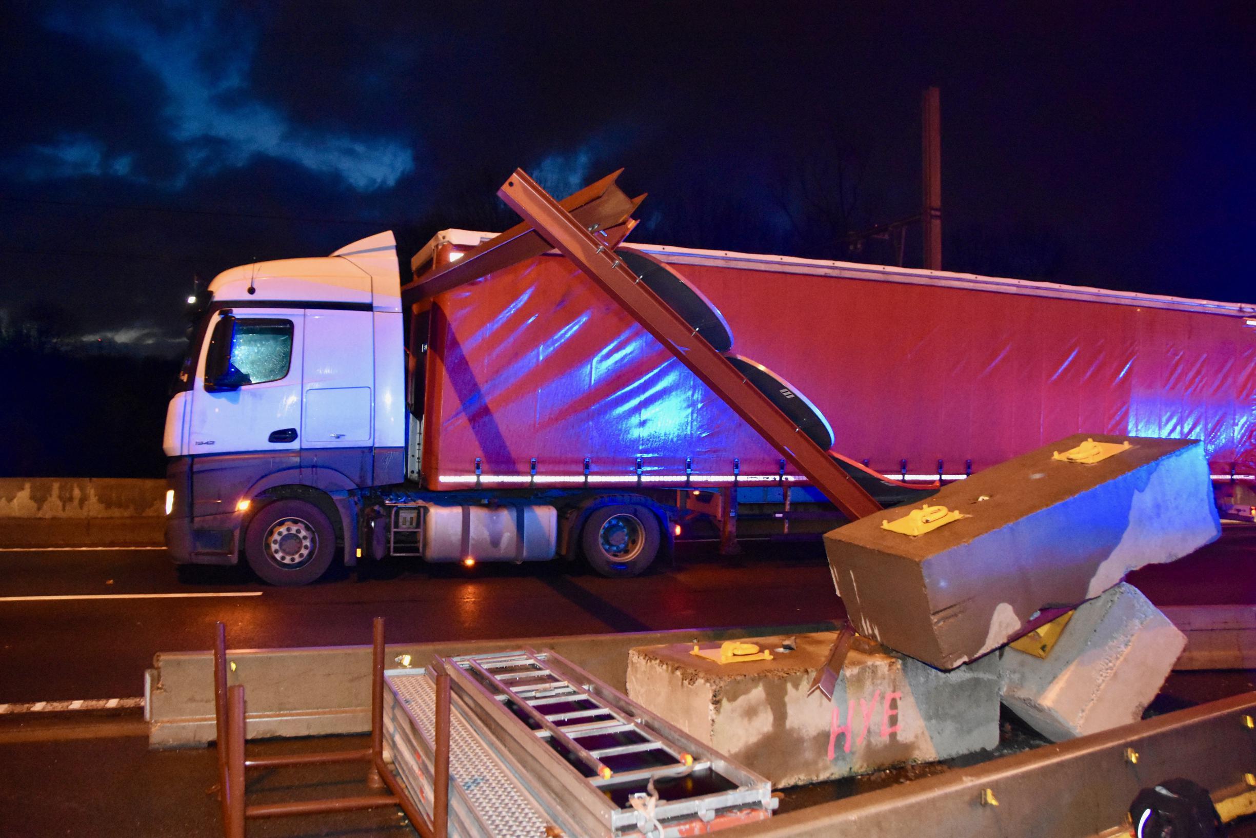 Geen hoogvlieger: constructie op brug alweer stukgereden door te hoge auto