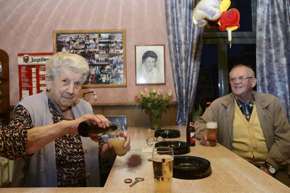 """Zanneke (88) schenkt al meer dan een halve eeuw goedkope pintjes: """"Geld verdienen interesseert me niet meer"""" - Het Nieuwsblad"""