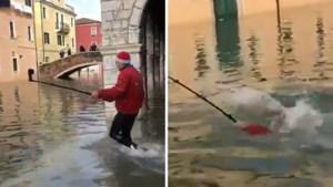 Toerist die selfie wil nemen, duikelt in kanaal van overstroomd Venetië