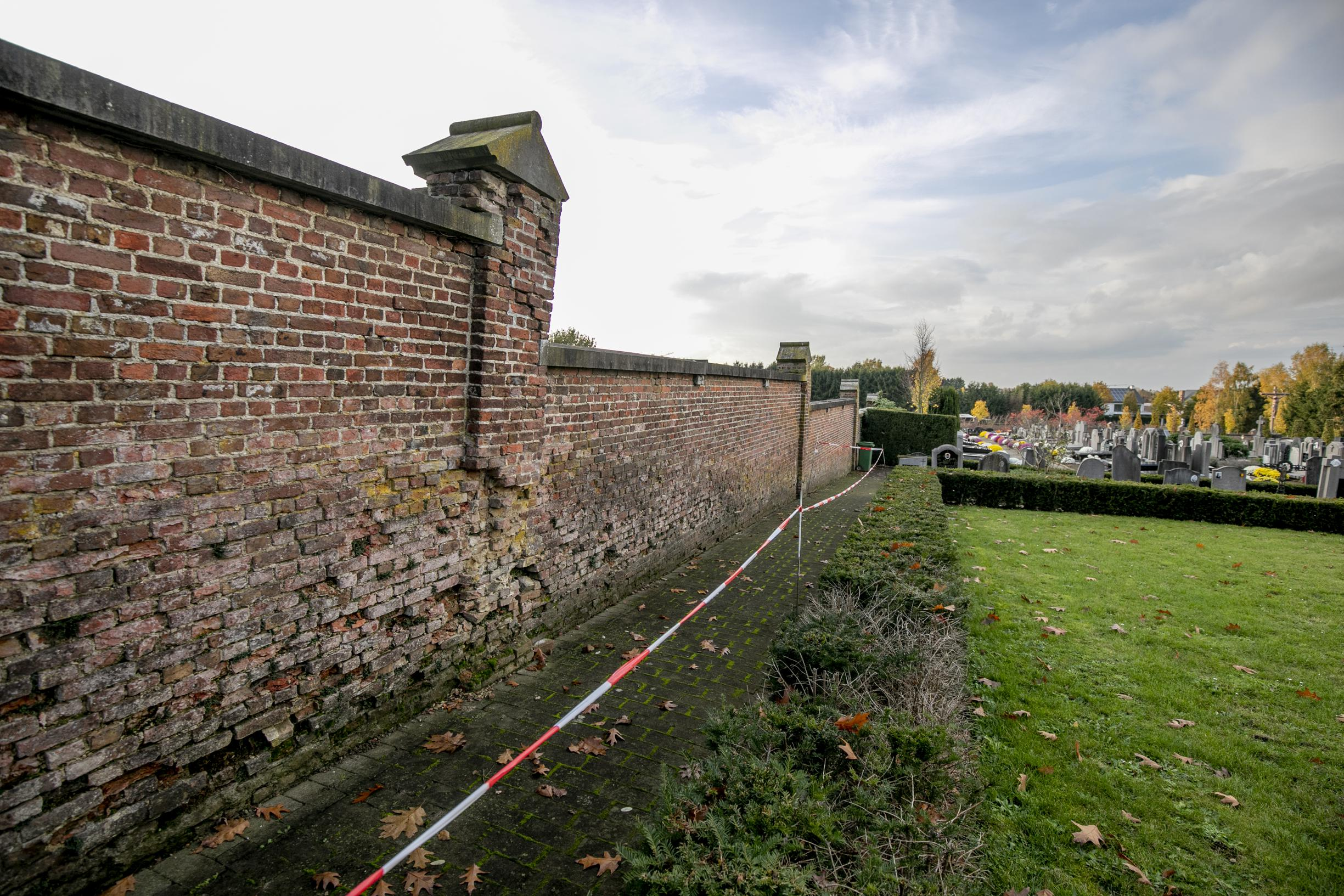 Herstellingen aan oude kerkhofmuur dringen zich op (Heist-op-den-Berg) - Het Nieuwsblad