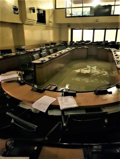 Regionaal parlement verwerpt klimaatmaatregelen en 2 minuten later staat vergaderzaal onder water