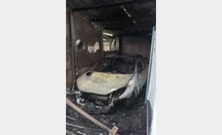 Drie garageboxen en twee voertuigen vakkeb ten prooi aan vlammenzee