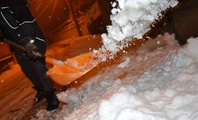 300.000 gezinnen zonder stroom en al 1 dode: ongewoon vroege en hevige sneeuwval houdt lelijk huis in zuiden en oosten van Frankrijk