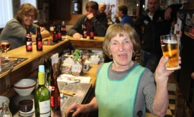 """Maitje (74) opent elke dag café om tussen de mensen te zijn: """"Ik doe voort zolang ik kan"""""""