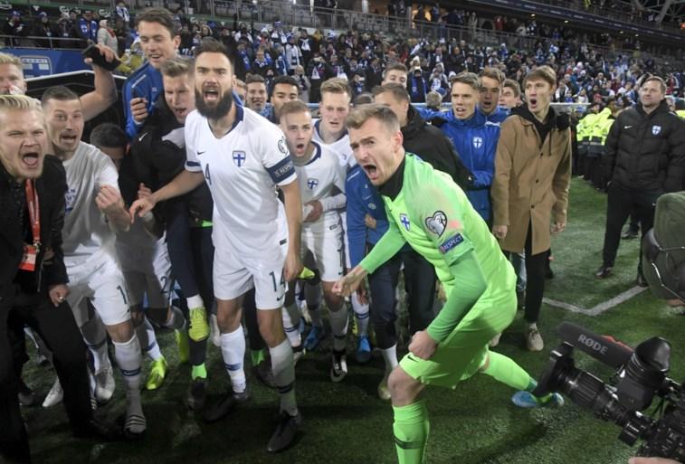 Uitzinnige taferelen in Finland na eerste kwalificatie ooit voor EK voetbal