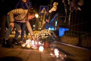 Kaarsen en bloemen tegen haat en geweld
