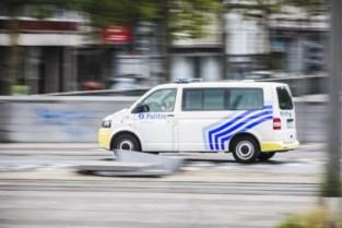 Man gaat willekeurige voorbijgangers te lijf met stok in Kortrijk: twee personen zwaargewond