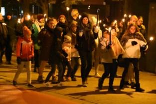 FOTO. Warmste Fakkeltocht lokt honderden wandelaars
