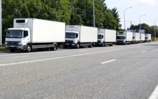 Witte vrachtwagens vertrekken zonder invoering van parkeerverbod