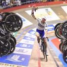 De renners vormden met hun fietsen een erehaag voor Moreno De Pauw.