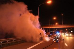 Aanhangwagen brandt uit op E17, koelbloedige chauffeur kan erger voorkomen