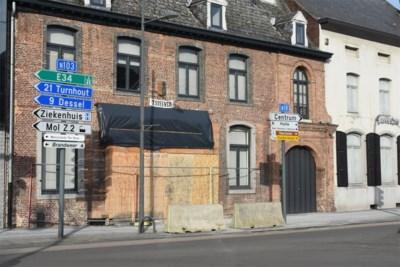 """Hardrijders zijn gewaarschuwd: """"Wie nu nog eens rechtdoor rijdt aan het kruispunt, zal op betonnen blokken botsen"""""""