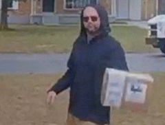 Pakjesbezorger in opleiding laat zich meteen opmerken door erg nonchalant gedrag