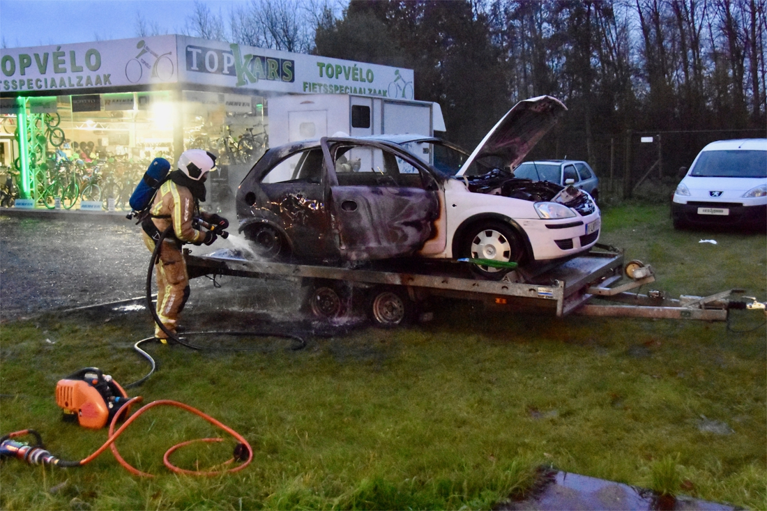 Auto vliegt in brand tijdens werkzaamheden