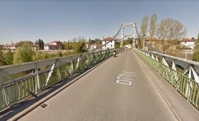 Hangbrug in Frankrijk stort in door te zware vrachtwagen: 15-jarige komt om, zeven anderen gewond