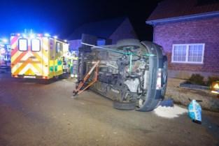 Bestelwagen voor andersvaliden kantelt: één inzittende gewond