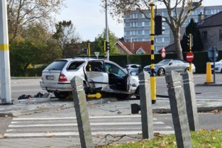 Auto rijdt verkeerslicht omver op Grote Ring