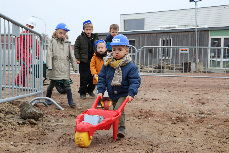 Kinderen basisschool Trapop brengen zelf eerste steen naar 'school van de toekomst' - Het Nieuwsblad