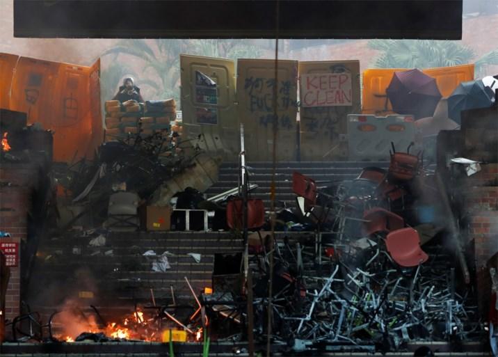 Politie omsingelt bezette campus in Hongkong, terwijl grote branden woeden aan ingang