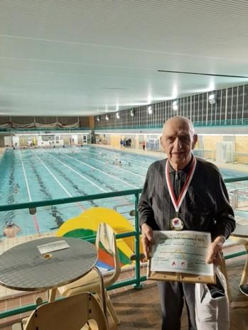 87 jaar is hij, en toch zwemt Isidoor nog gezwind naar een nieuw record