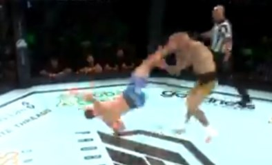Sensatie in de ring: kooivechter trapt tegenstander knock-out met spectaculaire uithaal