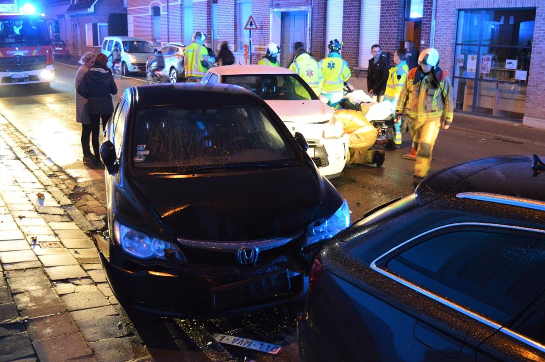Man (39) wordt onwel en knalt tegen geparkeerde wagen