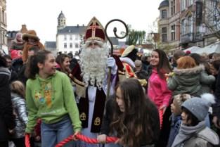Honderden kinderen willen glimps van de Sint