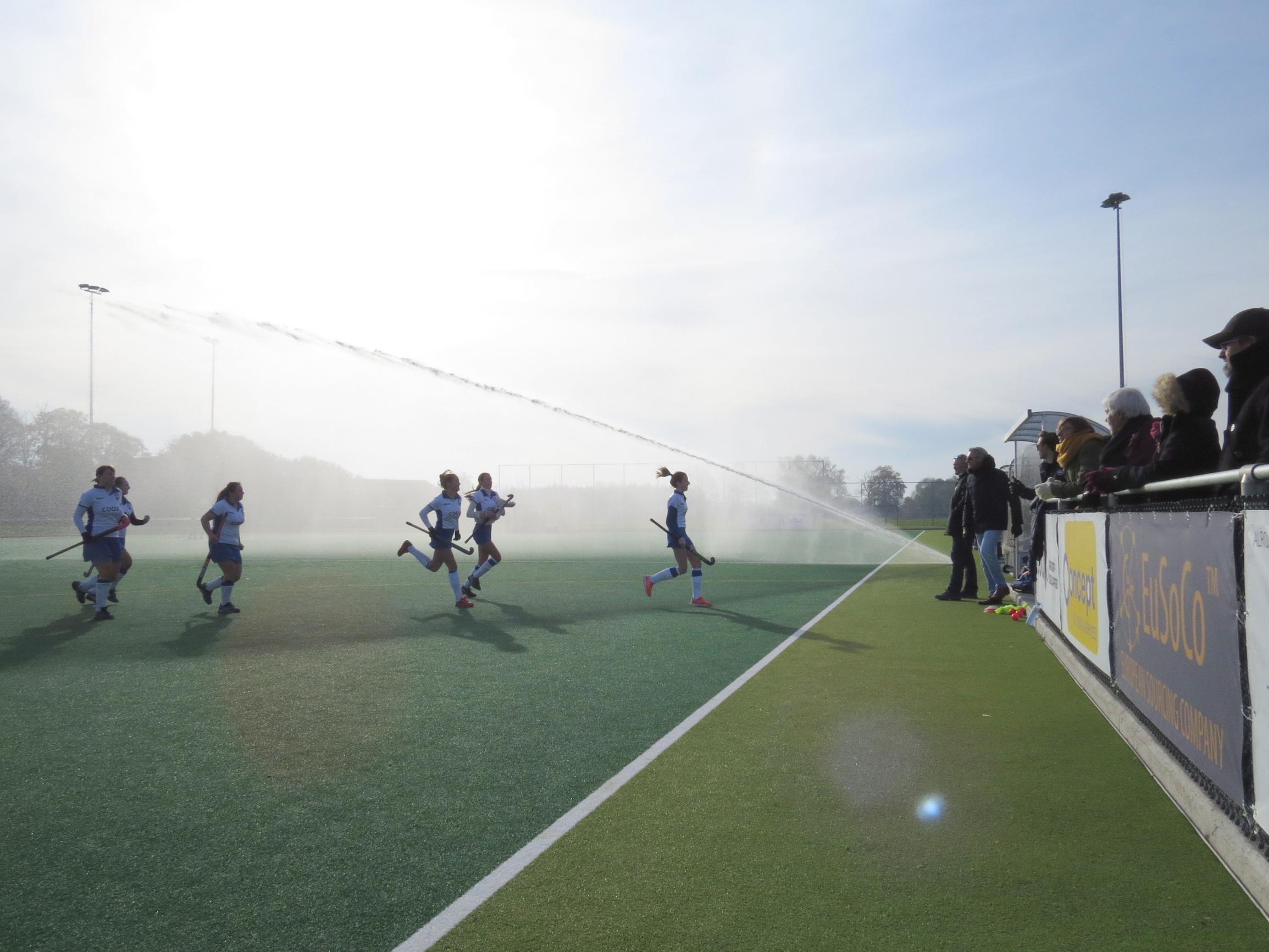 Kanonsproeiers beregenen hockeyveld voor elke wedstrijd
