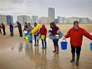 Symbolische actie van vzw Ithaka door water naar zee te dragen