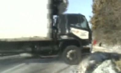 Agenten en vrouw moeten plots rennen voor hun leven wanneer onvoorzichtige truckchauffeur van de weg glijdt