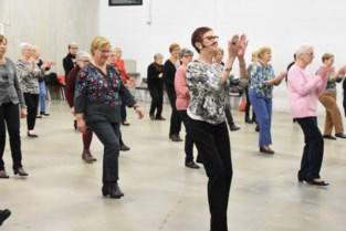 Senioren leren lijndansen