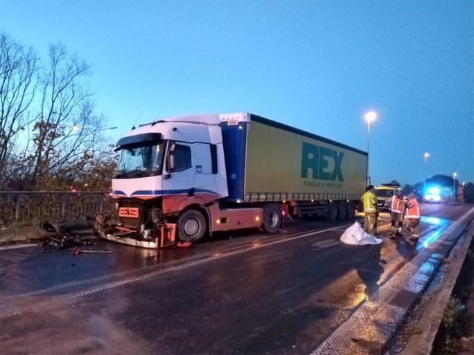 Wagen eindigt op reling van brug na botsing met vrachtwagen
