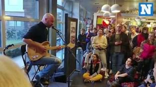 Stan Van Samang doet inkomhal ziekenhuis vollopen met speciaal concert