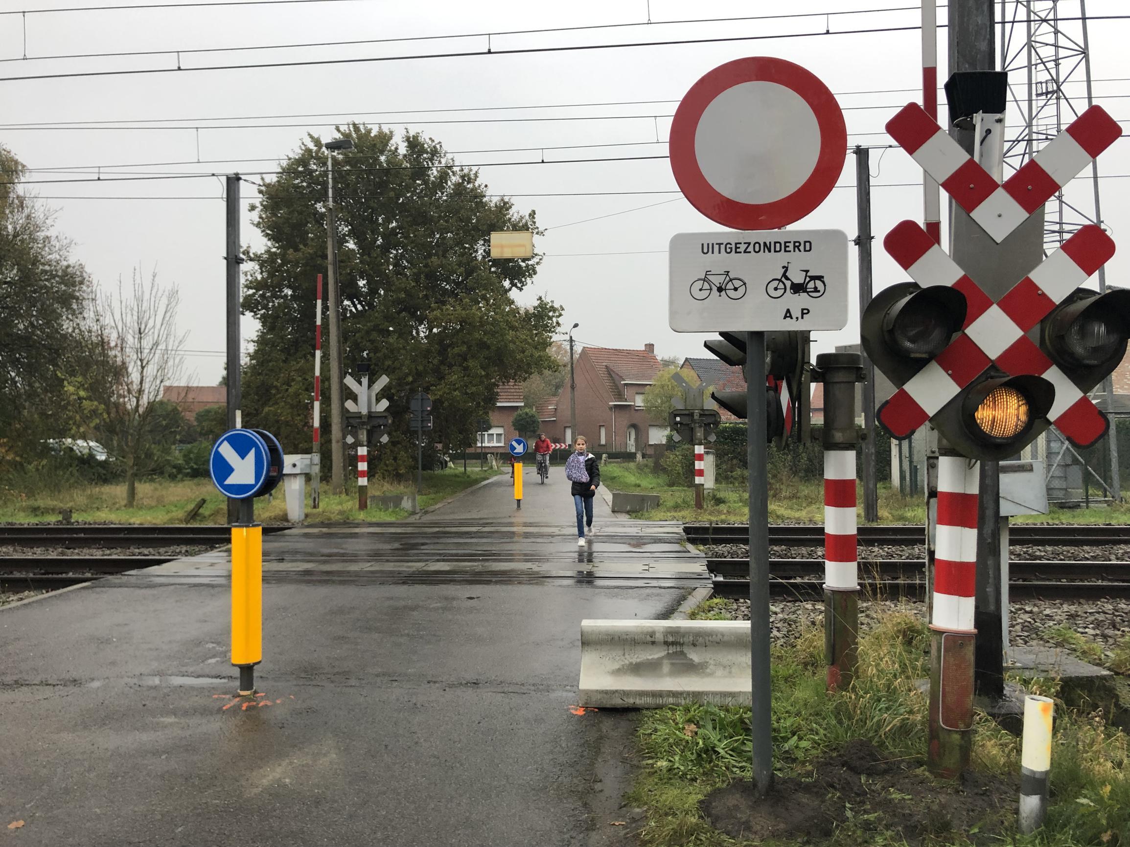 Overweg dicht voor vrachtwagens en auto's, buren vrezen voor bereikbaarheid - Het Nieuwsblad
